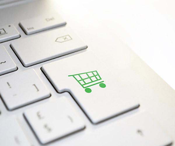 Icône création de site e-commerce sur un clavier