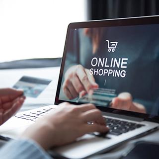 Un webmaster freelance en train de créer une boutique en ligne